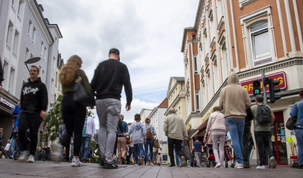 Gågaden i Flensborg er stille og roligt blevet fyldt hen over foråret og sommeren, hvor både danske og tyske stemmer har været tydelige. Det betyder også, at to pandemistrategier blandes sammen i byen.  (Arkivfoto: Tim Riediger)