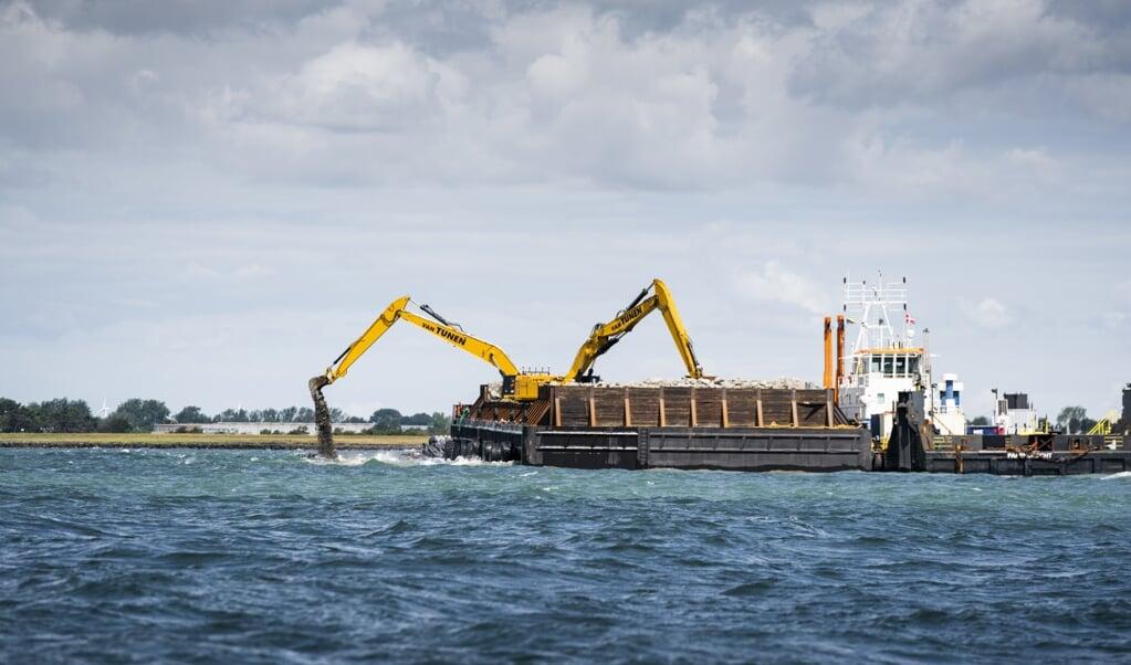 <p>Tonsvis af sten l&aelig;gges i vandet til en mole ved byggeriet af Femernforbindelsen ved R&oslash;dbyhavn.&nbsp;</p>  ( Ida Marie Odgaard/Ritzau Scanpix)