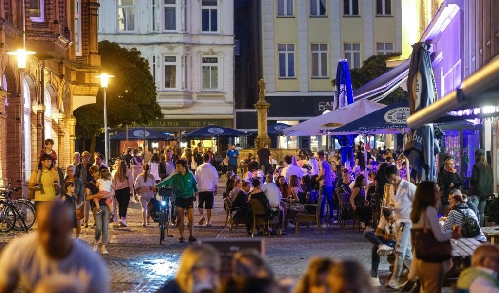 <p>Det kniber ofte med at holde den n&oslash;dvendige afstand, n&aring;r folk holder fest. Her er det i Flensborgs centrum. I sidste uge deltog en del flensborgere i en bryllupsfest i Danmark. Det har udm&oslash;ntet sig i mange smittede. Arkivfoto.&nbsp;</p>  (Freelance 3)