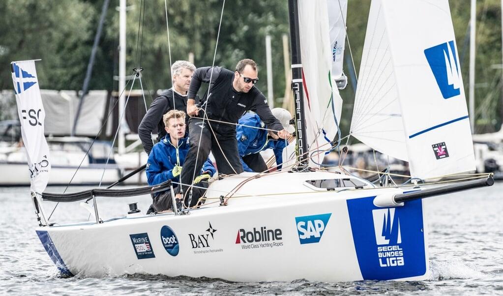 Die Crew des Flensburger Segel-Clubs konnte im Verlauf des zweiten Spieltages der Segelbundesliga zulegen und am Ende Platz zehn retten.  Lars Wehrmann/DSBL  (Lars Wehrmann)