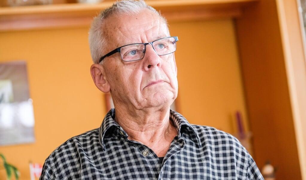 Uwe Svane (fhv. skoleleder i Satrup) er utilfreds med, at mange af grænsebutikkerne fusker og undlader at fortælle, hvor mange liter/styk/kilo der er i deres varer. Det har han påpeget overfor dem - dels med held - dels uden held. Uwe har fundet en masse reklameblade frem.  (Sebastian Iwersen)