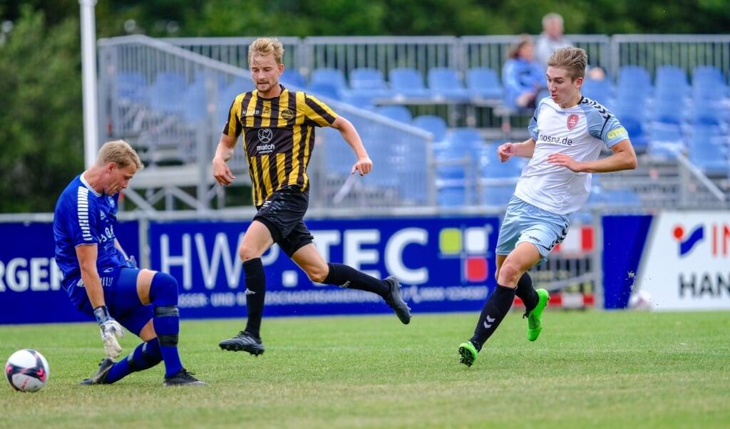 Bjarne Schleemann (r.) bleibt dem SC Weiche Flensburg 08 zwei weitere Jahre treu.  ( Sven Geißler)
