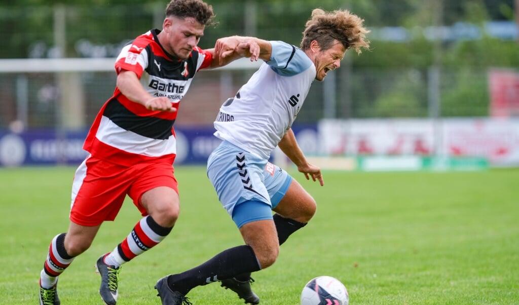Mit Kevin Schulz (r.) bleibt dem SC Weiche Flensburg 08 ein echter Instinkt-Fußballer erhalten.  ( Sven Geißler)
