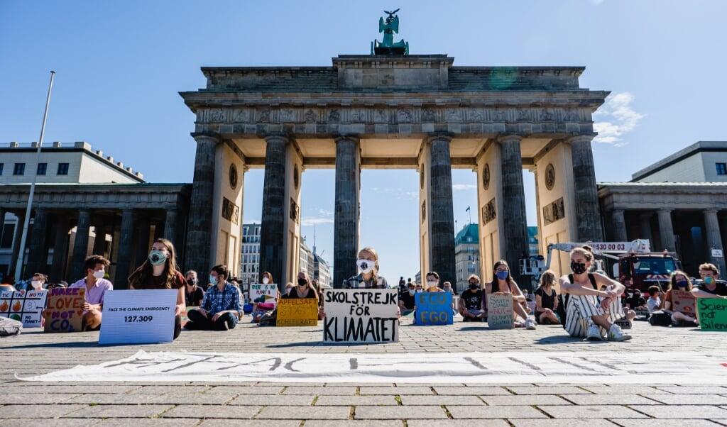 <p>Greta Thunberg og andre klimaaktivister demonstrerer ved Brandenburger Tor i Berlin i august 2020. Flere er der planlagt flere demonstrationer igen.</p>  ( Andi Weiland/Fridays for Future/dpa)