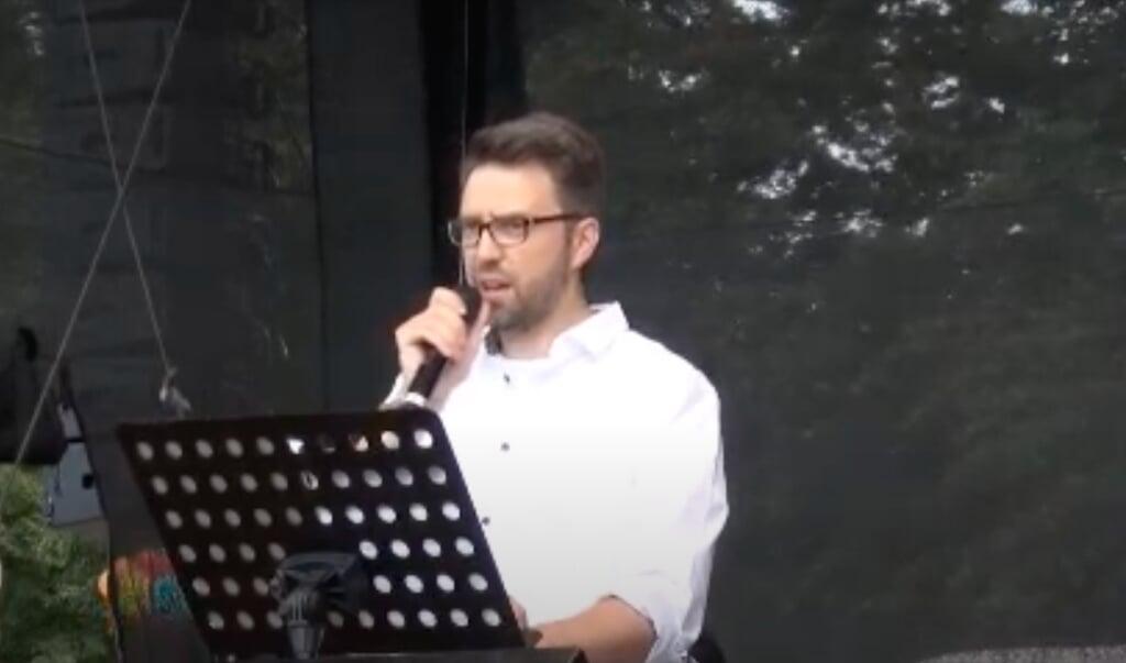 Sprach auf einer umstrittenen Corona-Demo in Berlin: das Flensburger Grünen-Mitglied David Claudio Siber.  (Screenshot/Youtube)