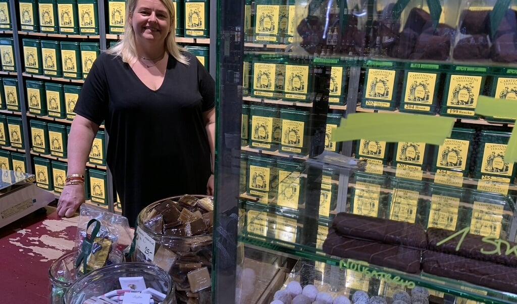 Christina Carstensen har haft Carstensens Tehandel på Perlegade i Sønderborg i tre et halvt år.  - Det var et meget stort arbejde at pakke over 6000 små teposer og sætte sløjfe og etiketter på, indrømmer hun. Teen i de små portions-poser er blevet sendt med i kuverterne til de mange nye brugere af Flensborg Avis's nye forældreunivers på nettet og på print.  ( Kirsten Elley)