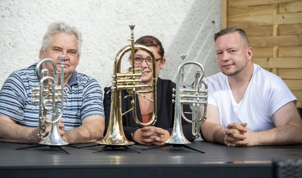 <p>Hejmdal Bl&aelig;seorkesters formand Einar Geipel, kasserer Sabine Geipel-Nissen og n&aelig;stformand Lars Geipel har m&aring;ttet lade instrumenterne st&aring; siden for&aring;ret. </p>  ( Tim Riediger)