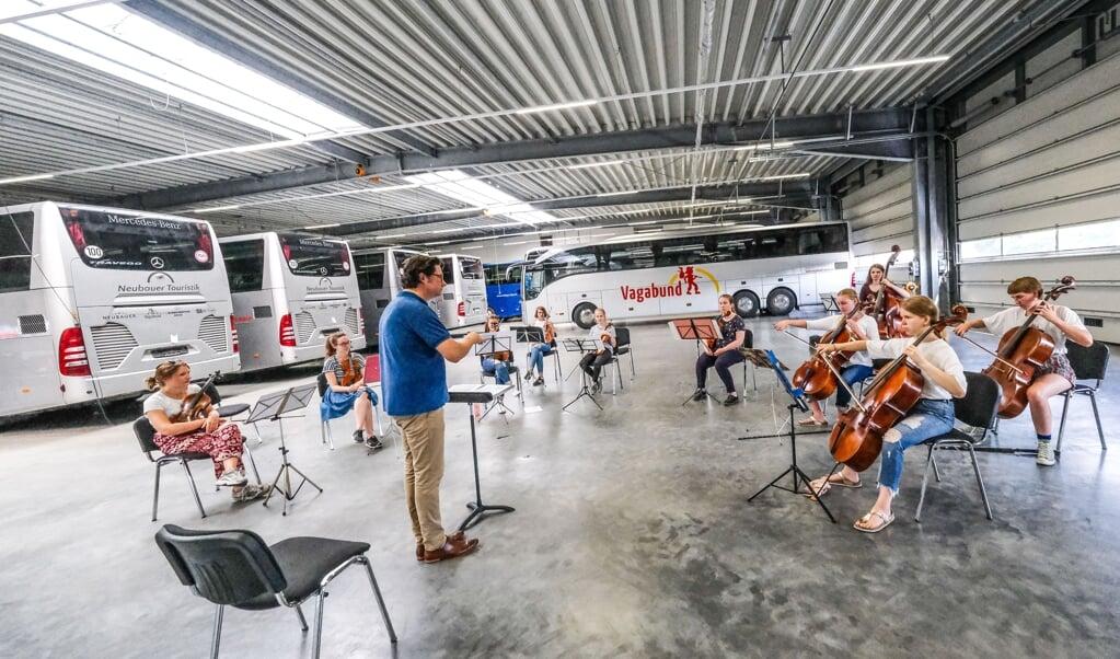 Dirigenten Peter Sommerer under prøven med strygerne fra det nye ungdomsorkester, der har premiere fredag i næste uge.  Sven Geißler  (Sven Geißler)