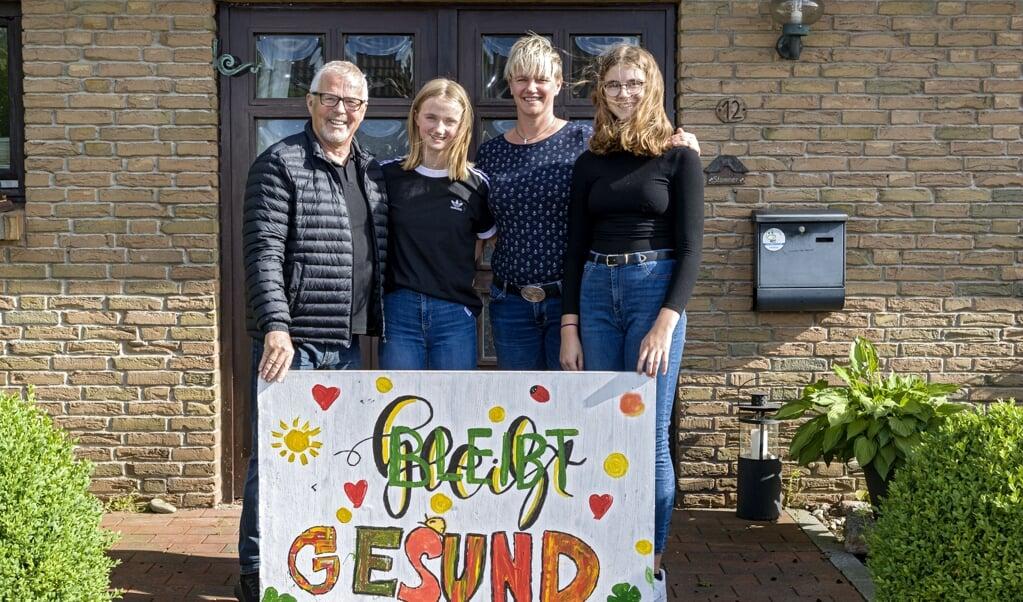 <p>Familien Stammer foran huset i Jagel.</p>  ( Lars Salomonsen)