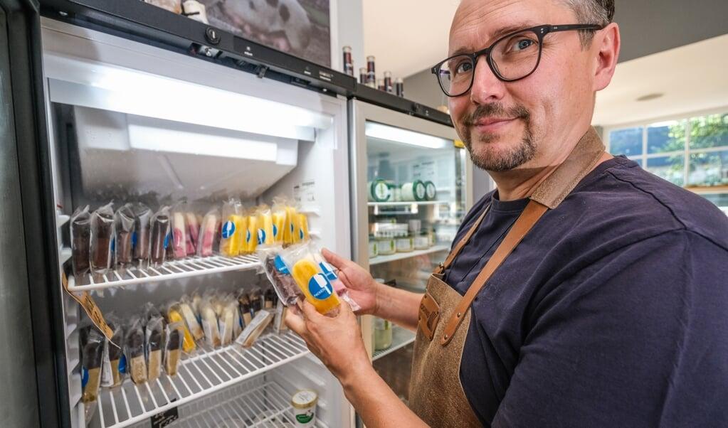 Oliver Firla ejer fire caféer og restauranter i turistområdet ved Slien. Han glæder sig over, at han snart må servere indenfor, men synes også, det er hårdt at omsætte det voksende antal af corona-regler.    (Sven Geißler)