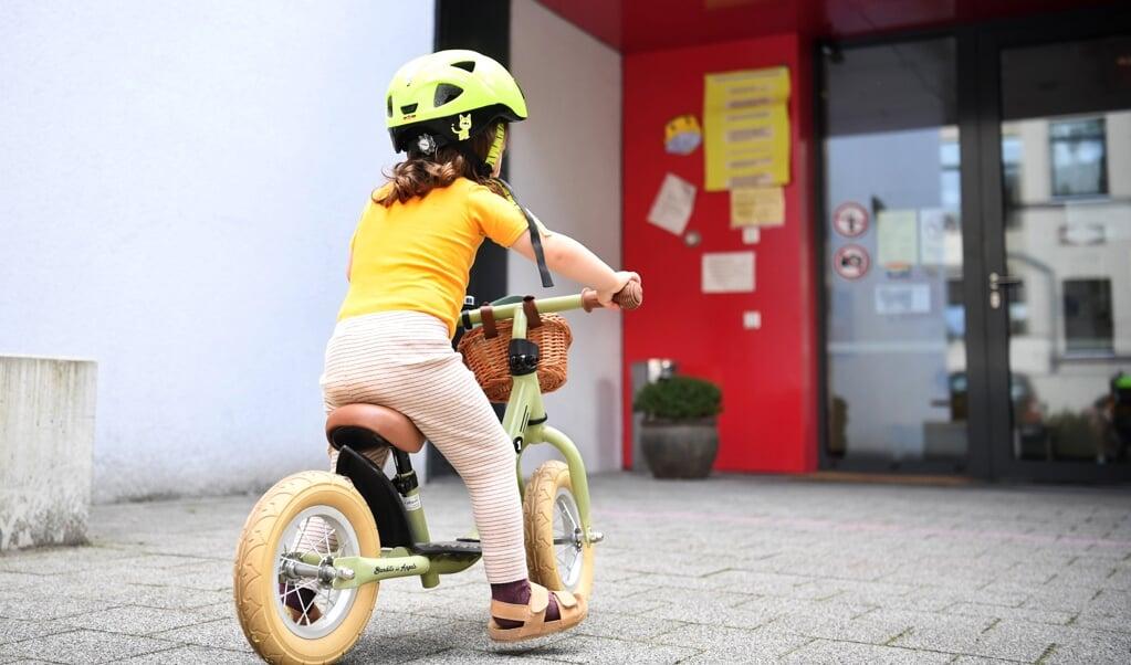 Kommunalpolitikere skal have mulighed for at få børn passet under byråds- og udvalgsmøder.  (Modelfoto: Julian Stratenschulte/dpa)