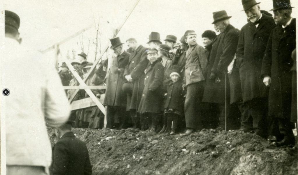 <p>En stor dag for det danske mindretal i Flensborg: Grundstensnedl&aelig;ggelsen for Duborg-Skolen den 31. marts 1922. &nbsp;</p>  (Arkivet ved Dansk Centralbibliotek)