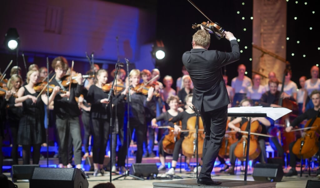 Harald Haugaard (med ryggen til) er klar til at slippe musikken løs sammen med sit FolkBaltica Ensemble.  (Ard Jongsma)