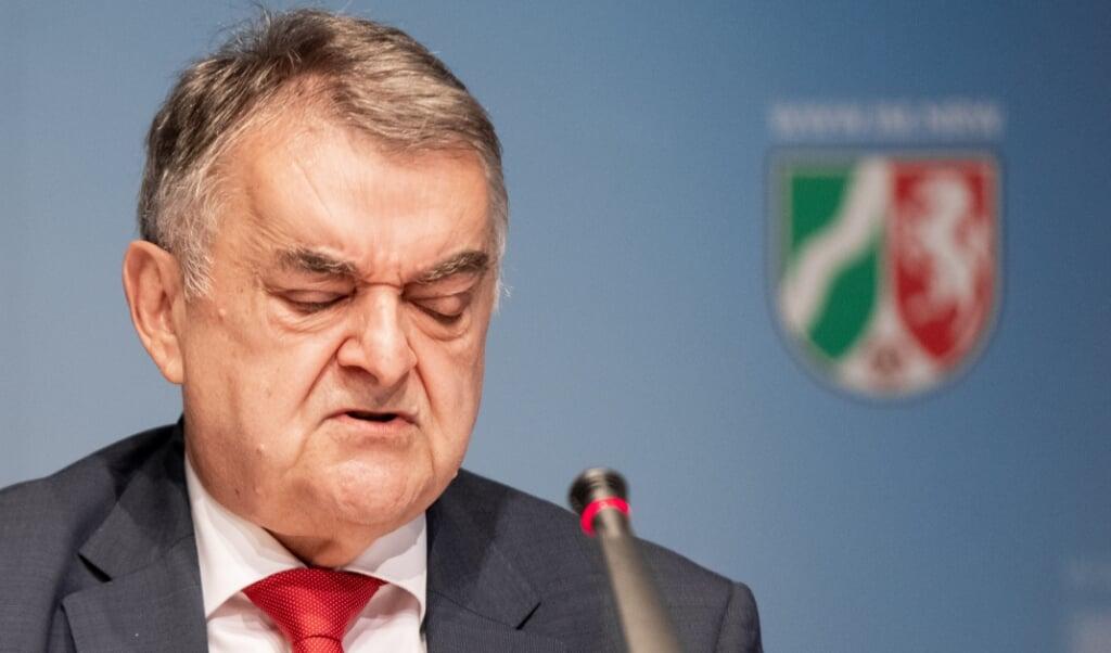 <p>Situationen er en sk&aelig;ndsel for politiet, mener Nordrhein-Westfalens indenrigsminister, Herbert Reul.</p>  ( Marcel Kusch/dpa.)