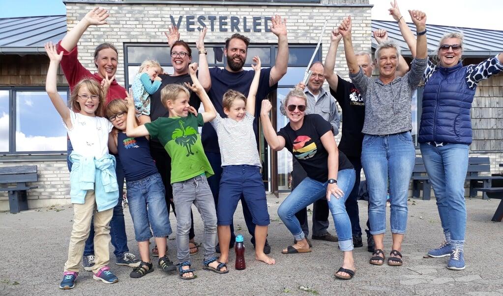 <p>Oprydningsholdet p&aring; lejrskolen Vesterled i glad og luftigt stemning.</p>  (  Skoleforeningen)