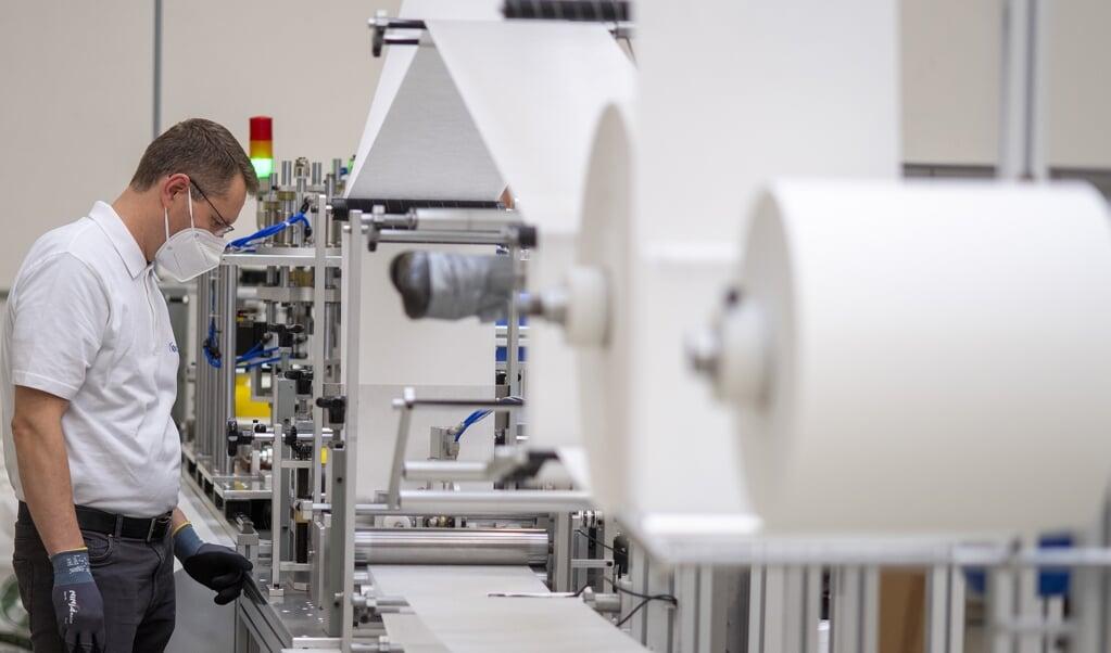 <p>Tre maskiner er installeret i Harreslev. 12 andre er p&aring; vej og vil &oslash;ge produktionen til 40 millioner EU-godkendte firelags mundbind om m&aring;neden. &nbsp; Tim Riediger</p>  (Tim Riediger)