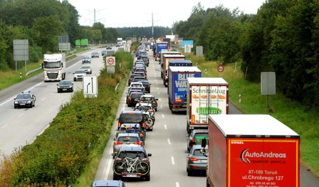 <p>Der foretages stikprøvekontroller ved grænsen til Danmark, og det gav lørdag formiddag en del kø på motorvejen.</p>  ( Karsten Sörensen)