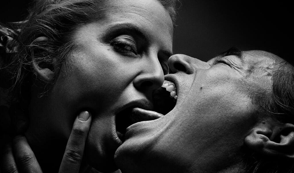 <p>Den slags her g&aring;r ikke i corona-tider. Billedet stammer fra Det Kongelige Teaters ops&aelig;tning af Henrik Ibsens &raquo;Et dukkehjem&laquo;. Forestillingen i Flensborg m&aring; aflyses p&aring; grund af den t&aelig;tte kropskontakt.</p>  ( SSF)