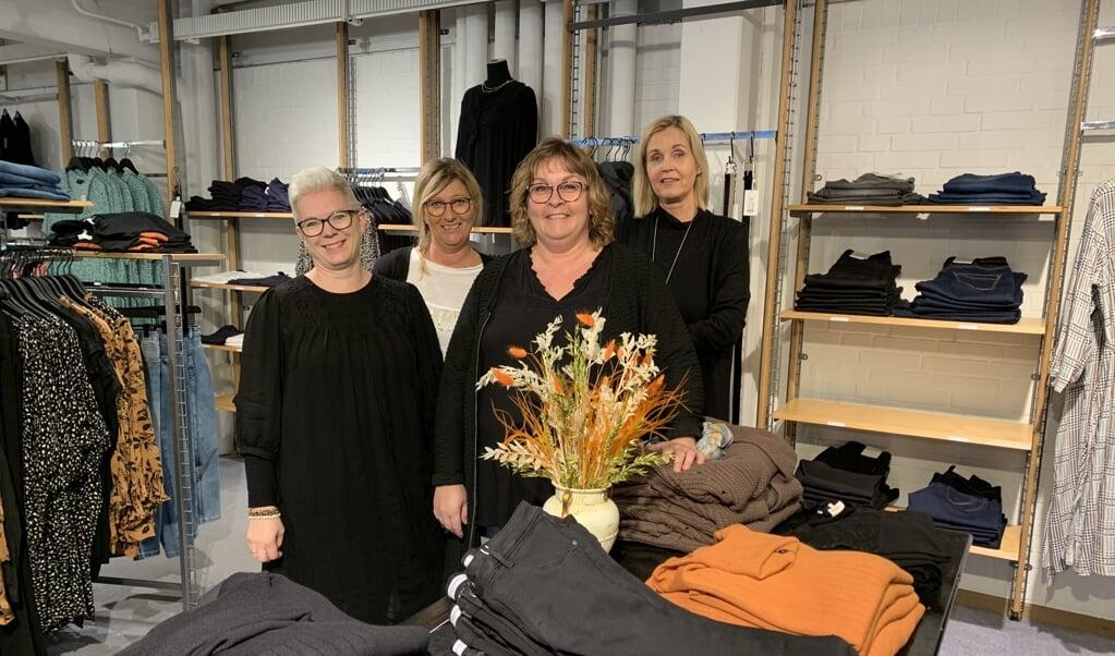 Bente Smedegaard (i midten) og hendes team er glad for de nye butikslokaler i Padborg Torvecenter.  (Inga Schneider)