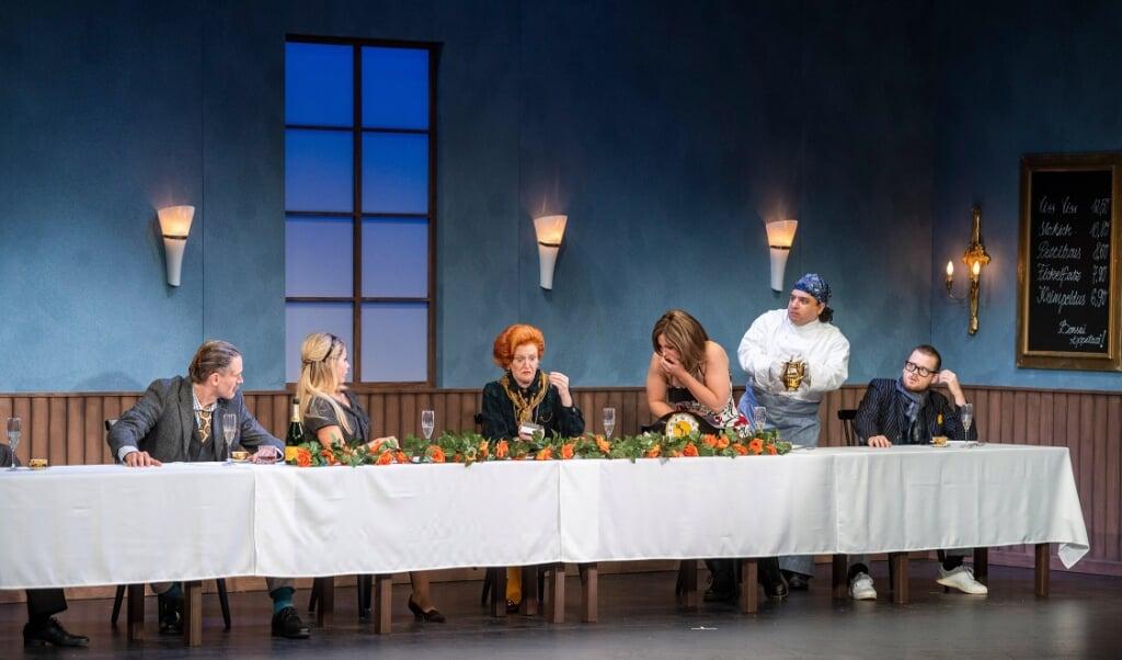 Maureen har drukket for meget og skal kaste op. Fra venstre er det Felix Ströbl, Kristin Heil, Beatrice Boca, Kimberly krall, Dennis Habermehl og Steven Ricard Scholz.  (Henrik Matzen)