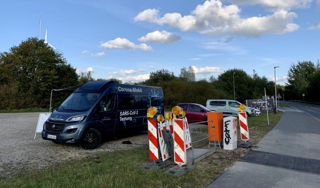 I Flensborg står der en corona-testbus på parkeringspladsen på Munketoft. Snart bliver der i byen etableret et test-center, som man kan køre igennem i bil, så folk ikke behøver at vente i kulden.   (Arkivoto: Iris Uellendahl)