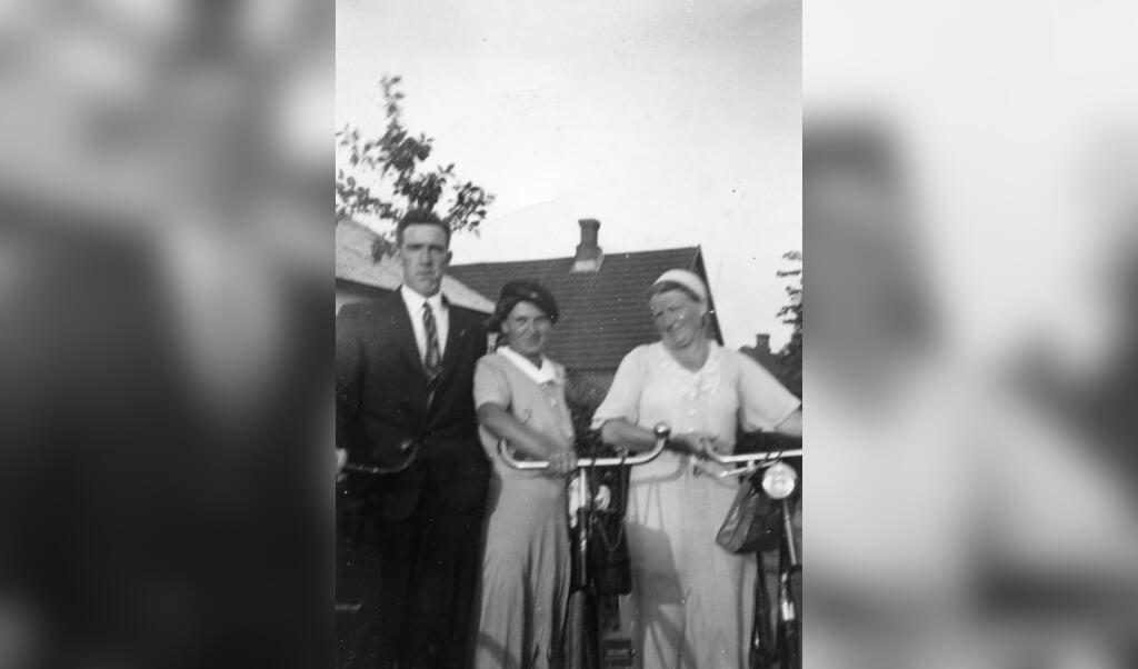En af grundlæggerne af Dansk Sundhedstjeneste, Emil Vermehren, sammen med to sygeplejersker i 40erne. Fotos: Arkivet ved Dansk Centralbibliotek  (FlA)