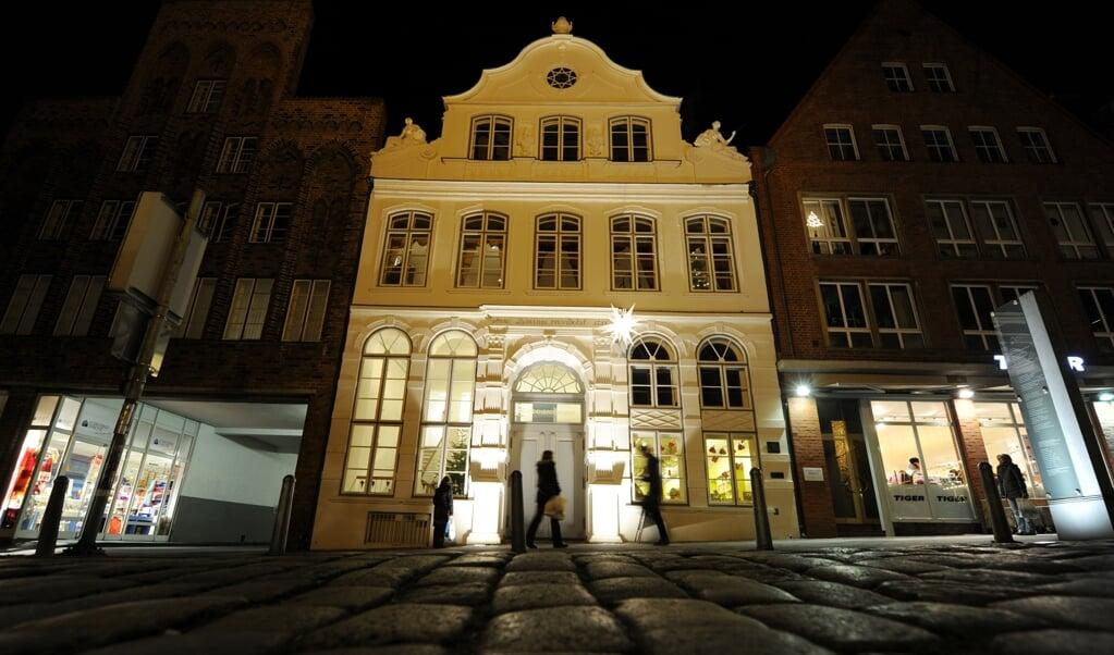 Passanten vor dem Buddenbrookhaus in Lübeck. Archivfoto:   (Angelika Warmuth, dpa)