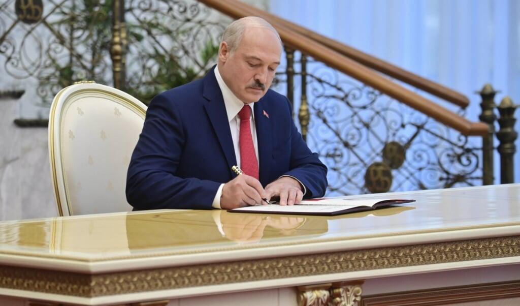 <p>Lukasjenko har aflagt ed som hviderussisk russisk pr&aelig;sident ved en ceremoni, som offentligheden ikke havde mulighed for at overv&aelig;re.  Andrei Stasevich/BelTA/AP/dpa</p>  (dpa)