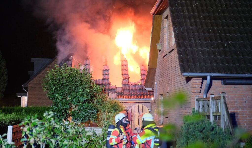 <p>Brandfolkene kunne forhindre at ilden bredte sig til villaen ved den br&aelig;ndende garage.</p>  ( Sebastian Iwersen)