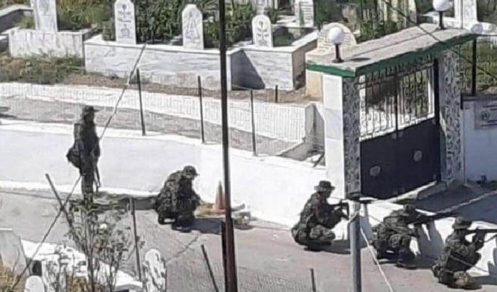 <p>Uden varsel rykkede de gr&aelig;ske soldater ind i den tyrkiske mindretalslandsby.</p>  ( FUEN)