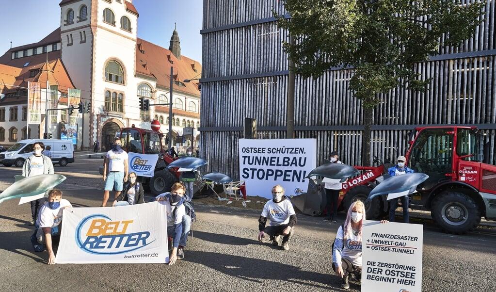 <p>Inden retssagens begyndelse demonstrerede milj&oslash;aktivister uden for kongreshallen i Leipzig, hvor domshandlingen finder sted, fordi der ikke er tilstr&aelig;kkelig med plads til at overholde coronareglerne i den historiske retsbygning i Leipzig.</p>  (? Beltretter e.V.?/Beltretter e.V./obs)