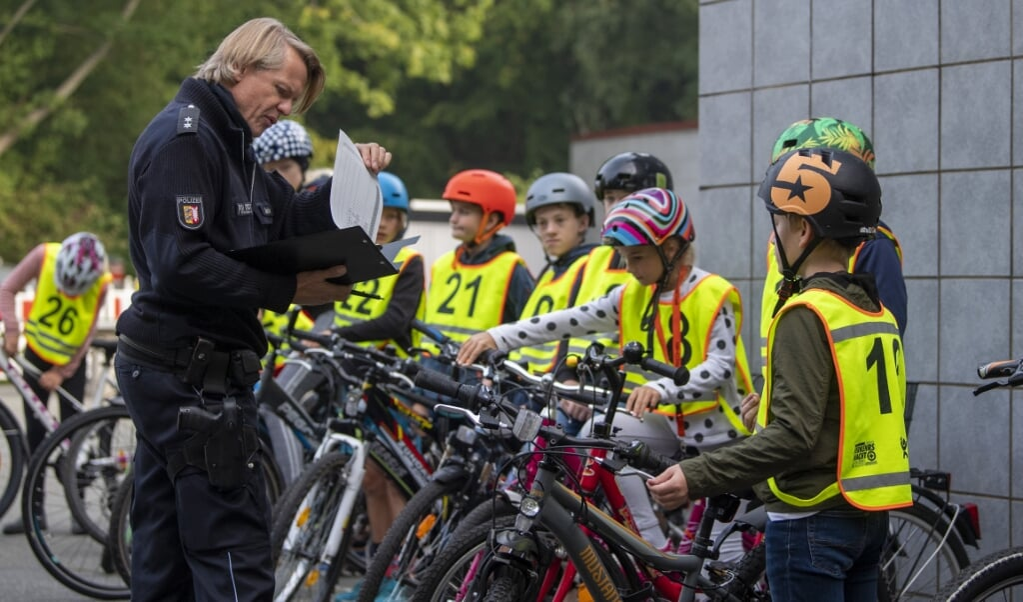 <p>Cykelpr&oslash;ve i Lyksborg Danske Skole. Andr&eacute; Jaekel tjekker cykler igennem.  Kira Kutscher</p>  (Fotos: Kira Kutscher)