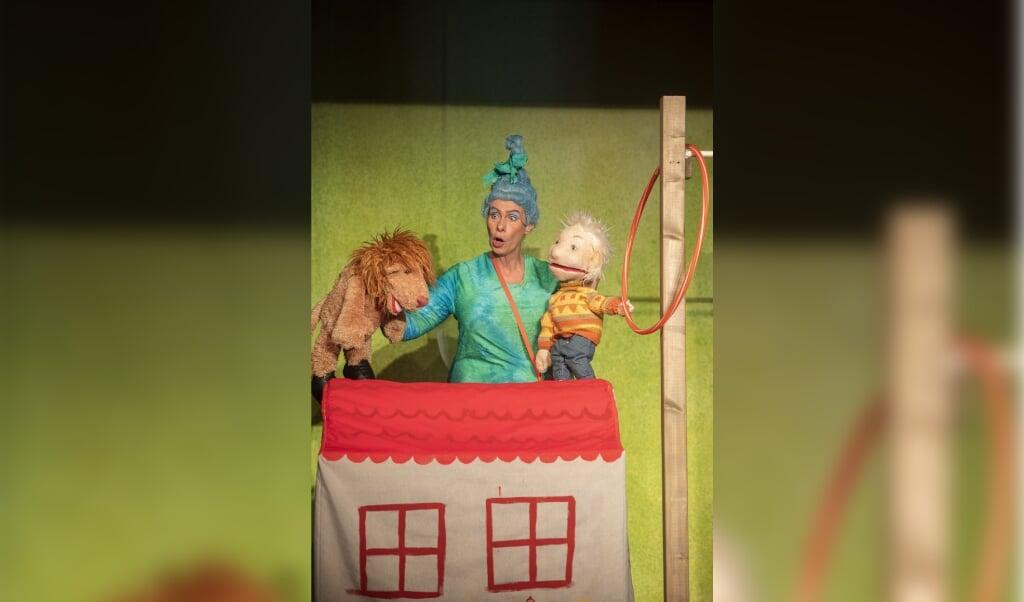 Sonja Langmaack fører dukkerne i den kommende forestilling. Landestheater har indtil videre lukket det faste spillested »Trauminsel«  ( Henrik Matzen)