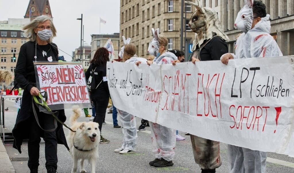 <p>200 demonstranter protesterede l&oslash;rdag mod en genoptagelse af dyrefors&oslash;g i virksomheden LPT i Hamborg-Neugraben.&nbsp;</p>  ( Georg Wendt/dpa)