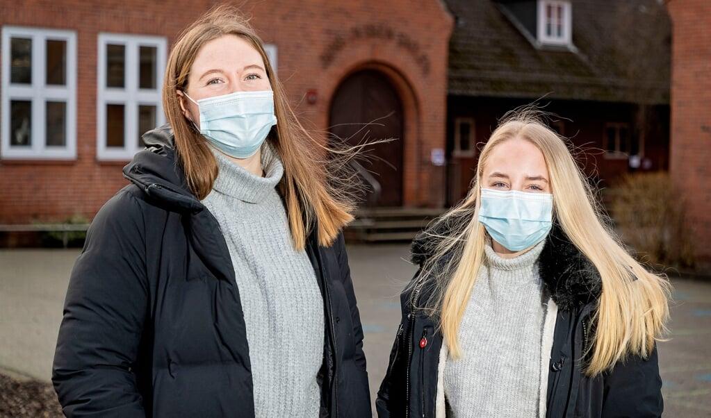 I fem uger skal lærerpraktikanterne Lia Bruse og Rikke Naja Schäfer undervise i tysk og dansk på Jens Jessen-Skolen i Mørvig uden at kunne møde med deres elever.  ( Lars Salomonsen)