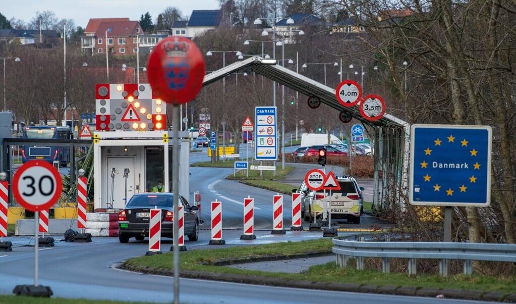 At lukke grænserne på grund af coronasmitte er absurd, skriver Bertel Haarder i dagens kronik. Her ses den danske kontrolpost mellem Danmark og Tyskland i Kruså.    (Martin Ziemer)