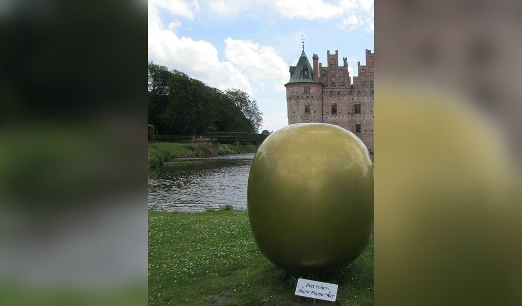 Piet Hein var ud over en stor digter også opfinder. Blandt andet opfandt han superellipsen, som her er udstillet som et æg i Egeskov Slotspark.  ( Nartsi8s, Wikimedia Commons)