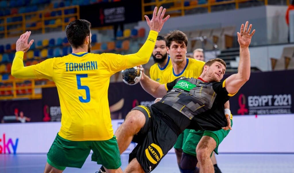 Johannes Golla (Mitte) war gegen Brasilien kaum zu Bremsen.  ( dpa)