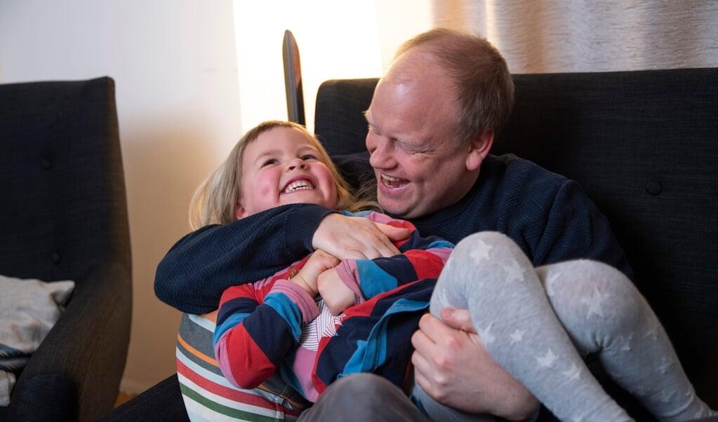 Far og Jella i en hyggestund i stuen. Lasse Andersen er sportsmand. Han spiller fodbold i IF Stjernen og har fra sin tid på Sild været vant til at tage aktivt del i foreningslivet. Da Lasse var 14 år, flyttede han væk fra forældrene på Sild, startede i 9. klasse på Duborg og rykkede ind i Ungdomskollegiet i Flensborg. Her var hans tre år ældre søster og venner fra Sild allerede, så det var en tryg oplevelse at flytte hjemmefra. - I den periode følte jeg mig mere dansk end nu, lyder hans reflektion.  (Tim Riediger)
