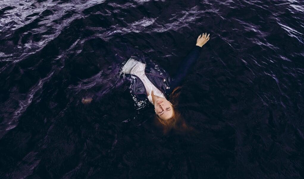 Line Nørholt spiller rollen som den unge degnedatter Tine Bølling i Aalborg Teaters opsætning af Herman Bangs roman