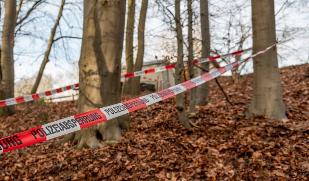 Politiet har afspærret området, hvor den nedgravede plastictønde blev opdaget.    (Axel Heimken/dpa.)