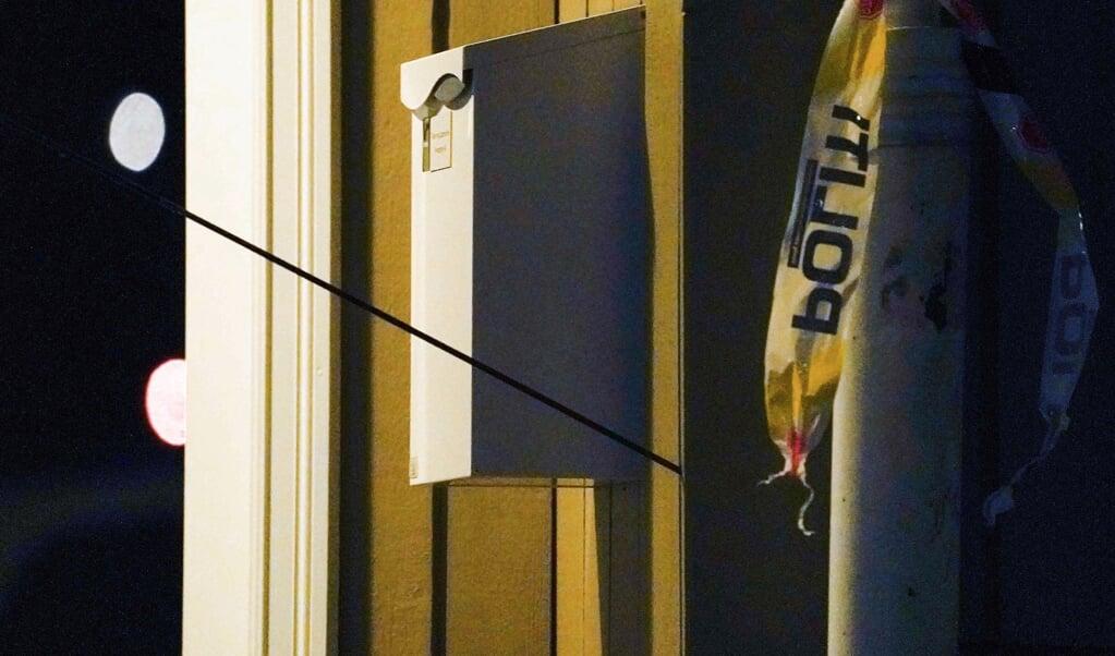 En pil sidder fast i en bygning på et af de steder, hvor en gerningsmand onsdag gik til angreb i Kongsberg.   (Terje Bendiksby/Ritzau Scanpix)