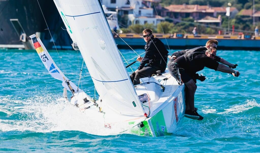 Vor Porto Cervo wurde im Hafenbecken gesegelt, da das Mittelmeer einen Wettkampf nicht zugelassen hätte.  ( Sailing Energy)