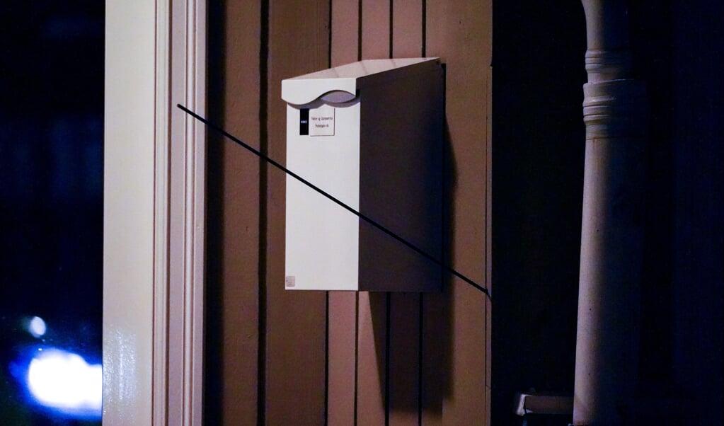 En pil er boret ind i en trævæg, efter at en mand onsdag aften har bevæget sig rundt i den norske by Kongsberg - tilsyneladende bevæbnet med bue og pil.  (Håkon Mosvold Larsen/Ritzau Scanpix)