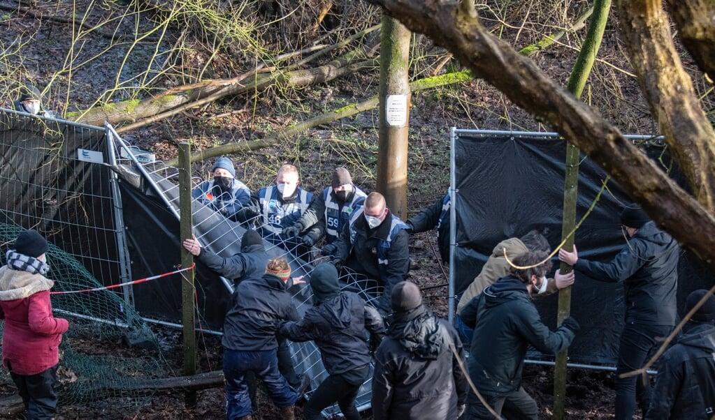 Det kom til tumultagtige scener, når en privat vagtfirma fredag gik i gang med at rømme banegårdsskoven.  ( Tim Riediger)