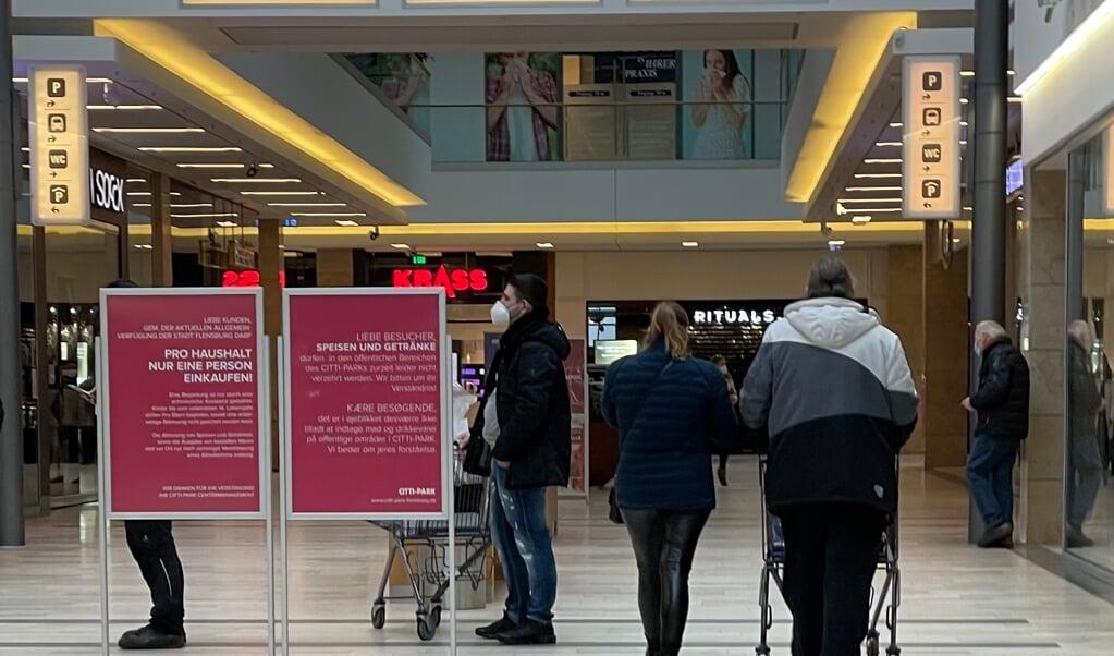 Der står skilte fordelt i hele indkøbscentret, der gør opmærksom på, at det kun er tilladt for en person per husstand at tage ud at handle. Alligevel ser man flere steder to personer, der er ude at købe ind sammen.   (Marie Buhl)