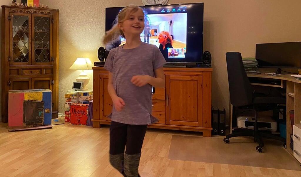 Cecilie danser til online-undervisning fra Dance Factory Nord i Harreslev.  ( privat)