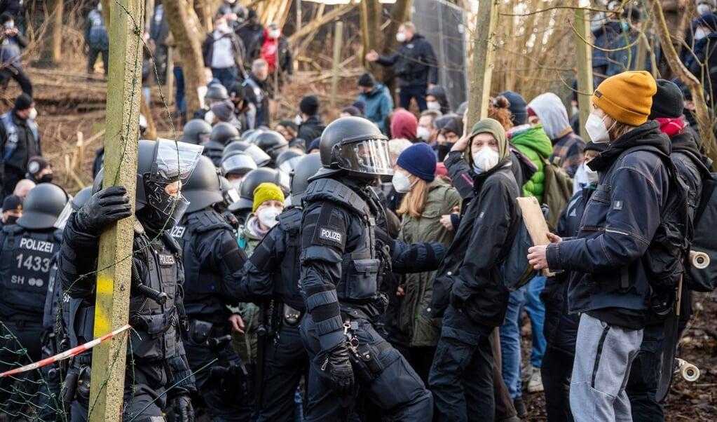 Det kom til sammenstød mellem politimænd og aktivister i skoven ved banegården, efter at investorerne for det omstridte hotel var gået i gang med at fjerne træer.   ( Tim Riediger)
