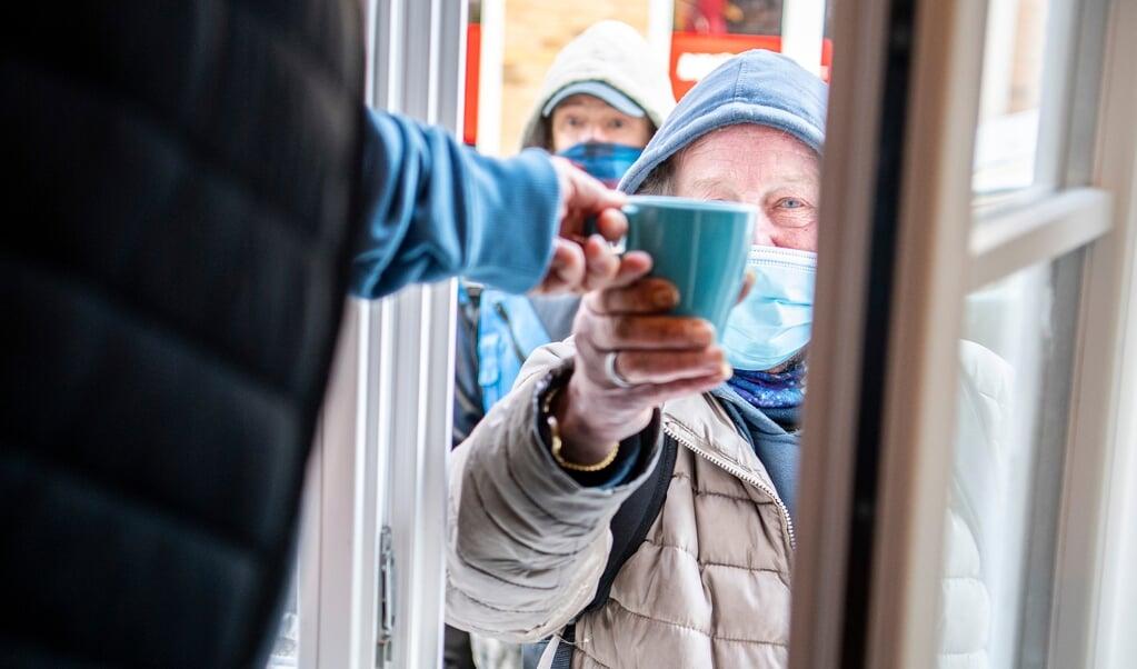 Heino får en kop kaffe gennem vinduet.   ( Kira Kutscher)