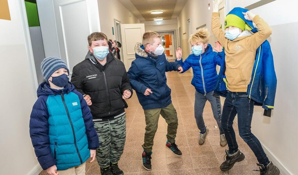 Hellere almindelig skole end nødpasning, mener Vincent Severin Heß (t.h.), der her hopper rundt med klassekammeraterne på Vimmersbøl Danske Skole.    (Sven Geißler)